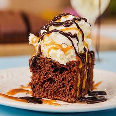 Enkel og rask sjokoladekake i langpanne som du lager med kun to ingredienser. Alt du trenger å gjøre, er å røre sammen cola og kakemiks. Verdens raskeste? Ice Cream, Cake, Desserts, Food, No Churn Ice Cream, Tailgate Desserts, Deserts, Icecream Craft, Mudpie