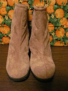 HUSH PUPPIES    WOMENS LEATHER  BOOTIES    SIZE 8.5M    PERFECT FOR THE    COLD WINTER    TAN LEATHER    FULLY LINED INSIDE    MINT CONDITION    FOR PREOWNED    ZIPPERED UP THE SIDE    3 EMBELLISHMENT BUCKLES    8.5 IN TALL    10 ¼ IN LENGTH    3 ¾ IN WIDTH    AWESOME BOOTIES    VERY COMFY    SUPER CUTE    WONDERFUL ADDITION    TO YOUR WARDROBE