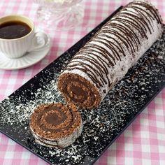Överraska med en smarrig chokladrulltårta fylld med krämig chokladsmörkräm och toppad med smält choklad och florsocker