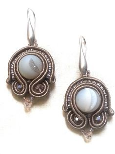Orecchini soutache con agata Botsawana, perle di vetro e cristalli.  Soutache earrings with Botsawana agate,  seed beads and crystals.  www.annodarte2013.blogspot.it