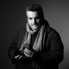 "Dimitris Palaskas - Cinematography ""Είμαι ο Δημήτρης και ασχολούμαι εδώ και 17 χρόνια με την εικόνα. Άλλοι τη βλέπουν, εγώ τη δημιουργώ. Αναφέρω πάντα πως η εικόνα είναι γεμάτη από συναισθήματα. Σ' αυτά βασίζομαι, αλλά και στο ένστικτό μου με αποτέλεσμα να δημιουργώ ""ταινίες""  που αποτυπώνουν  τη στιγμή, τη χαρά, τη συγκίνηση,  το γέλιο και το δάκρυ."""