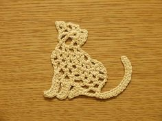 Charts for several cute animal appliques including a penguin, a fish and this cat from http://moipetelki.ru/blog/dekor/kruzhevnye-applikacii-zveryushki/.