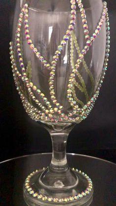 Unique Wine Glasses, Glitter Wine Glasses, Decorated Wine Glasses, Wine Glass Crafts, Wine Craft, Wine Bottle Crafts, Diy Presents, Diy Gifts, Unique Gifts