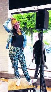 How to wear #DENIMSHIRTS: Jeanshemd: Pepe Jeans - Haremshose mit Jungle-Print: armedangels - Top: Tom Tailor Denim - Strohhut: Opus - Kette: Pieces #fashion #stylingtutorial www.mensing.com