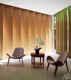 Фрагмент гостиной. Большая часть мебели в доме спроектирована архитекторами…