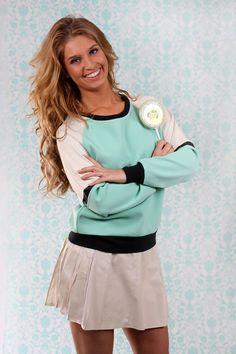 bij www.missp.-p.nl De Candy Cane Sweat is een comfortabele trui met lange mouwen en een ronde halslijn. De Winegum Skirt is een stijlvolle rok geheel voorzien van imitatieleer. Van tailor en elbaz candy collection.