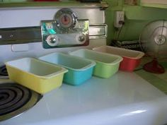 http://www.takhop.com/category/Pyrex/ Pyrex loaf pans – Cute! Need these to make all my yummy bread recipes Vintage Dishware, Vintage Bowls, Vintage Dishes, Vintage Pyrex, Vintage Stove, Pyrex Display, Kitchen Reviews, Pyrex Bowls, Glass Kitchen