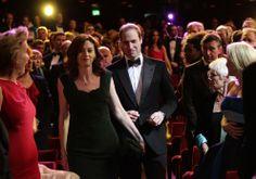 """El príncipe Guillermo se presentó en el Royal Opera House para entregar el Bafta de honor a su """"abuela"""" en la ficción, Helen Mirren"""