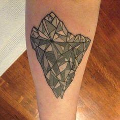 Brand new. #icebergtattoo #iceberg #nokaoitikitattoo #cindyvegatattoos #ink #geometric #geometrictattoo #tattoo #grey