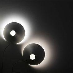 Geometricamente definita eppure dinamica, è la lampada Palpebra disegnata da Federico Delrosso per Davide Groppi. Realizzata in metallo con finitura bianco opaco, la luce viene emessa verso il basso grazie alla posizione angolata e verso l'alto attraverso un taglio circolare.