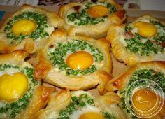 """Wszyscy w naszym domu uwielbiają jajecznicę. Ale podać jajecznicę na kolację dla znajomych? Nie wypada. Znaleźliśmy alternatywę. Odrobinę bardziej """"wykwintną"""" i wymagającą więcej precyzji w przygotowaniu. Ale gwarantuję, że przy odrobinie wprawy każdy z Was zdoła przygotować takie jajka zapiekane w cieście francuskim w swojej kuchni! Składniki 6 jajek 1 gotowe ciasto francuskie wędlina lub boczek 1 Read More Healthy Dishes, Healthy Eating, Healthy Recipes, Egg Recipes, Cooking Recipes, Appetizer Salads, Food Design, Home Food, Food Inspiration"""