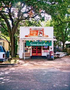 Endless sunshine, lush green spaces and rockin' music, food and art. Find it all in Austin, Texas, the happening city with a small-town vibe