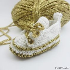 Gold baby booties Crochet Baby Shoes Crochet Baby ♡ by BUBUCrochet Crochet Baby Beanie, Crochet Baby Sandals, Crochet Shoes, Crochet Baby Booties, Crochet Slippers, Gold Baby Shoes, Cute Baby Shoes, Crochet Patron, Baby Shoes Pattern