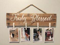 Crea un hermoso porta fotos con estilo rústico usando una simple tabla de madera y unas cuantas pinzas o broches de ropa. Es un proyecto qu...