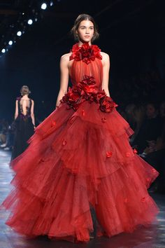 Get swept away with High Fashion Outfits, Red Fashion, Fashion Beauty, Fashion Show, Autumn Fashion, Fashion Dresses, Fashion Design, Monique Lhuillier, Carolina Herrera