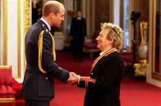 """Sir Rod Stewart disse que estava """"nas nuvens"""" depois de ser condecorado pelo Duque de Cambridge no Palácio de Buckingham."""