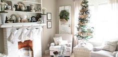 decoration-Noel-interieur-blanche-fleurs-blanches-sapin-Noel-ruban-or-couronne-naturelle
