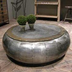 Jolie table basse ronde en métal Blow, signée Hanjel, idéale dans un salon. On aime son design bombé apporté grâce aux plaques de métal légèrement arrondies et cloutées entre elles.