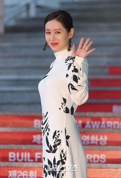 Asian Woman, Asian Girl, Chou Tzu Yu, Arts Award, Hyun Bin, Korean Actresses, Sons, Awards, Cold Shoulder Dress