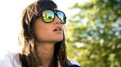 mujer con lentes de sol tipo espejo - gafas de sol
