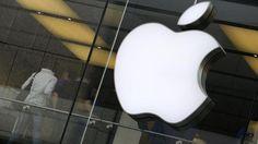 Kunden stehen im Apple-Store in München neben dem Logo des Unternehmens. Das Unternehmen hat den Spe... - dpa