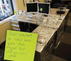 31 Workplace Pranks That Took It to the Next Level - The internet has generated a huge amount of laughs from cats and FAILS. And we all out of cats. Funny Office Pranks, Work Pranks, Office Humor, Work Humor, Funny Pranks, Funny Memes, Funny Fails, Christmas Pranks, Halloween Pranks