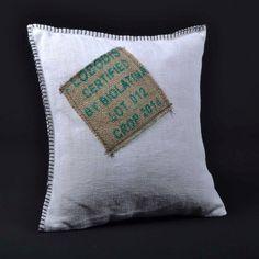 Coussins LILOKAWA en toile métis et en toile de jute de sacs de café recyclés. Inscriptions d'origine des sacs. Made in Nantes. Dimensions : 43X43cm Forme : Carré