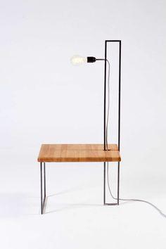 Βοηθητικό τραπεζάκι με φως, για το καθιστικό. Επιφάνεια από δρύ, μεταλλικός σκελετός, υφασμάτινο χρωματιστό καλώδιο.