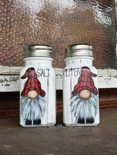 Gnome Salt and Pepper Shakers, Hand painted, Gnomes Chalk Paint Mason Jars, Hand Painted Ornaments, Painted Mason Jars, Pot Mason, Mason Jar Crafts, Mason Jar Diy, Christmas Gnome, Christmas Crafts, Gnome Paint