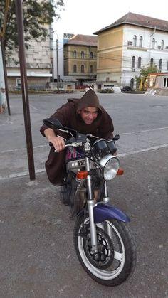 Hugó Testvér, a vad motoros, aki bármikor képes  mosolyt csalni mindenki arcára.