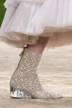Chanel Toned Down Plastic Vibe On Spring 2018 Couture Shoes - Schuhe - Damenschuhe Chanel Couture, Couture Shoes, Style Couture, Couture Fashion, Fashion Show, Net Fashion, Chanel Outfit, Chanel Shoes, Chanel Fashion