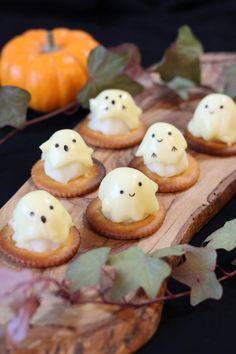 溶けたチーズがひらひらと可愛い子供が喜ぶフィンガーフードです。ハロウィンにも◎ Halloween Desserts, Halloween Treats, Halloween Party, Pavlova, Cute Food, Good Food, Seasonal Food, Creative Food, Healthy Smoothies