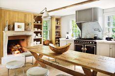 Cocina casi comedor - AD España, © Manolo Yllera - gran mesa, gran chimenea, muebles en tonos diferentes