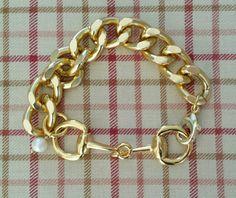 Gold Snaffle Horse Bit w Curb Chain Bracelet-beautiful horse bit bracelet-equestrian bracelet,horse bit bracelet,snaffle bit bracelet door LuckyPonyShop op Etsy https://www.etsy.com/nl/listing/219422418/gold-snaffle-horse-bit-w-curb-chain