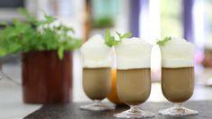 El chef Martín Berasategui prepara un original postre elaborado, pero fácil de hacer inspirado en el café irlandés: crema cuajada de café con chantilly de naranja y miel y un original granizado de whisky. ¡Viva el whisky y viva San Patricio!