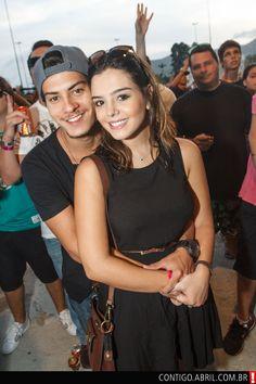O casal Arthur Aguiar e Giovanna Lancellotti curtem show da banda Nx Zero, no Rio de Janeiro