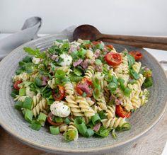 Italiensk pastasalat Comfort Food, Bruschetta, Cobb Salad, Pesto, Tapas, Recipies, Food Porn, Food And Drink, Snacks