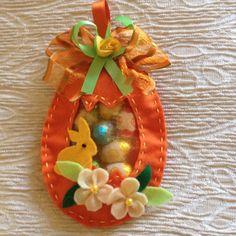 Uovo pasquale in pannolenci... Ripieno di ovetti di cioccolata