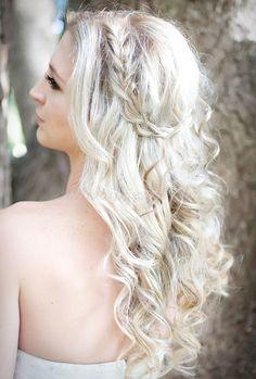 esküvői frizurák hosszú hajból - hullámos esküvői frizura fonással díszítve