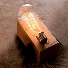 初期のエジソン電球と同じ製法、材料で作られた電球。中のフィラメントの張り方が、電球の形状によって違います。