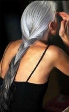 This is what motivates me to stop covering the grays ///// Beautiful gray hair - Yasmina Rossi, may I look as fabulous as this one day Long Gray Hair, Silver Grey Hair, Silver Ombre, White Hair, Grey Ombre, Ombre Colour, Gray Color, Hair Dos, Your Hair