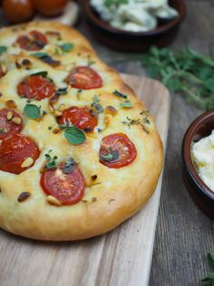 Recipe for simple Focaccia bread: 3 delicious variations [Knoblauch & Rosmarin / Tomaten & Pinienkerne / Oliven] - Rezepte - Proper Diet, Nutritional Yeast, Eating Habits, Vegetable Pizza, Cravings, Brunch, Tasty, Snacks, Meals