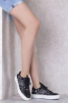 Somi 1071 Spor SIYAH BEYAZ Bayanların yaz aylarında vazgeçemediği modellerden birisi olan bayan spor ayakkabı modelleri de www.ilvi.com ile sizinle.