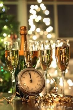 2017 New Year's Eve Decorating Ideas - Everyone roughly has a soft spot for the last three months of the year because they are full of holidays and fun times. - new_year_christmas_glasses_champagne . Happy New Year 2016, New Year 2020, Dec 2016, New Year's Eve Celebrations, New Year Celebration, Photos Nouvel An, Cecilia Dale, Top Image, Christmas Glasses
