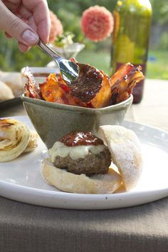 Burgers with Cheddar, Bacon and Strawberry Barbecue Sauce