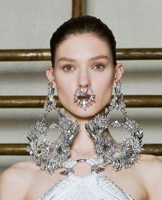 Givenchy Spring 2012 Couture - ATENÇÃO, aqui já não é de McQueen mas nota-se influência de criações dele...