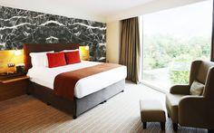 Akrilik Duvar Kaplama Black Markina yatak odası uygulama çalışması, mermer görünümlü akrilik kaplama ile odanın görüntüsünü ve havasını tamamen değiştirdi ferah ve doğal bir ortam yarattı.