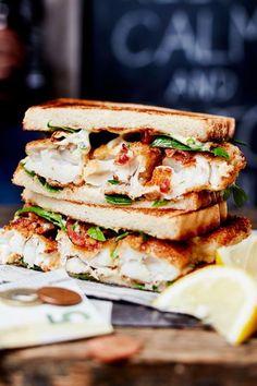"""Knusper-Bacon trifft auf Fisch und schmatzige Soße. Dieser Snack eignet sich perfekt für faule Nachmittage und den Satz: """"Ich hab da mal was Kleines vorbereitet…"""" #fischstäbchen #rezept #idee #sandwich #toast #abendessen #abendbrot #snack Seafood Dishes, Fish And Seafood, Burger Co, Tortilla Pizza, Fish Finger, Toast, Surf And Turf, Finger Sandwiches, How To Cook Fish"""