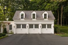 We are building a new home with carriage garage and breezeway so I have been doing tons of research. Here are lots of gorgeous inspiration photos. Carriage House Plans, Carriage Doors, Carriage House Garage Doors, Garage Guest House, Garage Shop, Dream Garage, Garage Design, House Design, Design Design