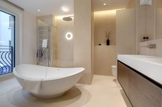 Bad mit freistehender Badewanne und begehbarer Dusche.